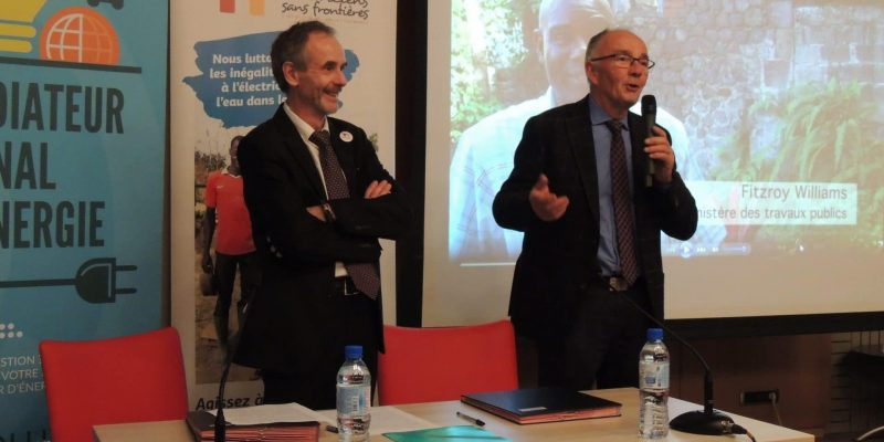 Jean Gaubert, Président du Médiateur national de l'énergie (à droite) et Hervé Gouyet, Président d'Electriciens sans frontières (à gauche).